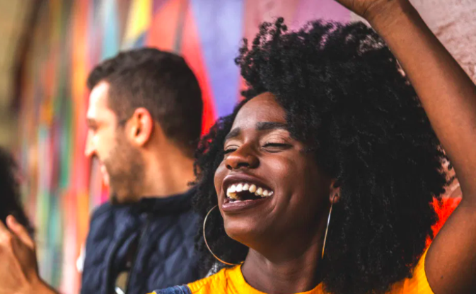 """10 sintomi per capire se sei cronicamente in uno stato di non-gioia (e 1 modo per trovare il tuo personale """"algoritmo della felicità"""")."""